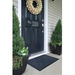 Незамінний атрибут вхідних дверей - придверні килимок, який захищає будинок від вуличного пилу і бруду.